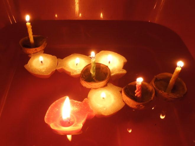 lodičky z vlašských ořechchů se zapálenou svíčkou